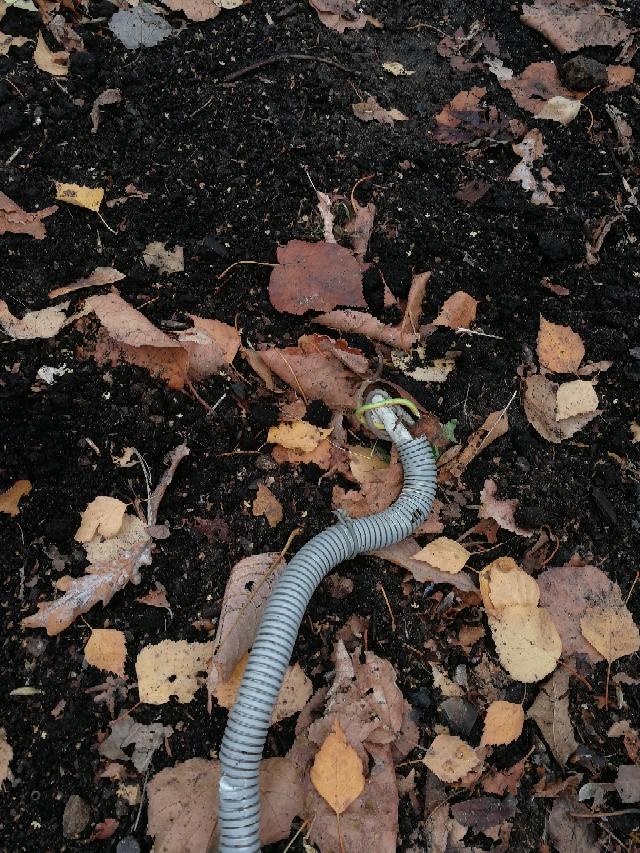 В Перовском парке демонтировали электрический кабель