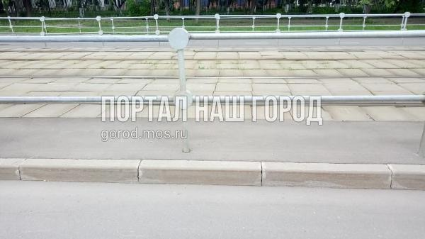 Коммунальные службы починили дорожное ограждение на участке 3-й Владимирской улицы
